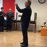 Peter dirigeert bij het inzingen